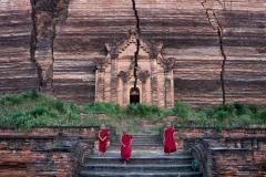 Novizen vor der unvollendeten Pagode in Mingun, Myanmar