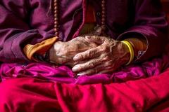 Hände einer Nonne in Thimphu