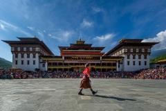 Junge vor Dzong in Thimphu