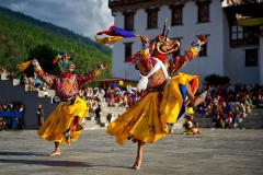 Maskentänzer im Dzong von Thimphu