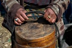 Hände einer Yak-Hirtin in Bhutan