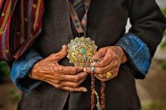 Hände einer alten Frau in Punakha, Bhutan