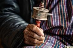 Hände mit Gebetsmühle in Bhutan