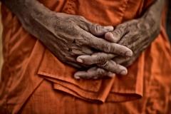 Hände eines Mönchs in Kambodscha