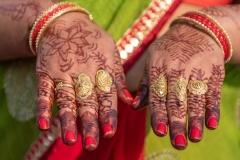 Hände mit Henna-Bemalung in Varanasi, Indien