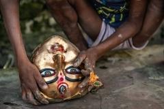 Kind mit Maske der Götting Durga in Kalkutta, Indien