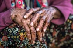 Hände einer sehr alten Frau in Myanmar