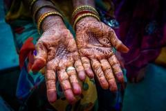 Hände mit Henna-Bemalung in Trimbak, Indien