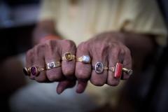 Hände mit Ringen eines reichen Inders in Trimbak