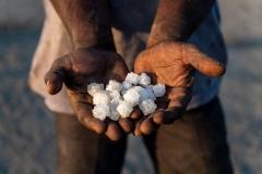 Hände mit Salz in der Wüste Little Rann of Kutch in Gujarat, Indien