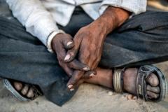 Hände eines Schmieds in Gujarat, Indien