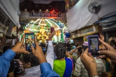 Hände mit Handies bei Ganesha Fest in Mumbai, Indien