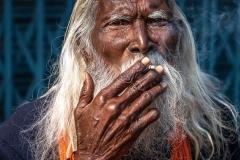 Raucher in Varanasi, Indien