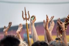 Hände (und Dreizack) beim Kumbh Mela Fest in Prayagraj, Indien
