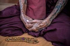 Hände eines Mönchs in Yangon, Myanmar