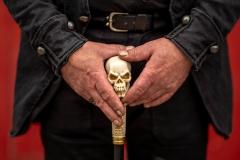 Hände mit Totenkopf-Stab beim WGT in Leipzig
