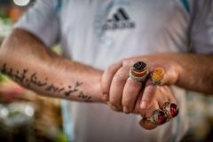 Hände mit Ringen eines Verkäufers im Bazar von Teheran, Iran