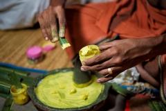 Hände beim Vorbereiten der Make-Up-Faben für den Kathakali-Tempeltanz in Kerala, ndien