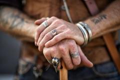 Hände eines Mannes beim Mittelalter-Festival in Köln
