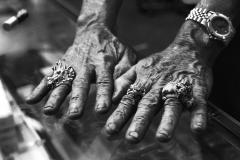 Hände eines Händlers in Bangkok, Thailand