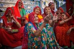 Frauen in roten Saris