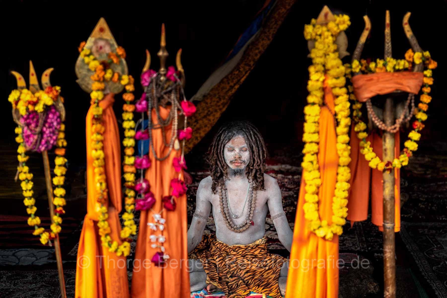 Meditierender Sadhu bei der Ardth Kumbh Mela 2019 in Prayagraj