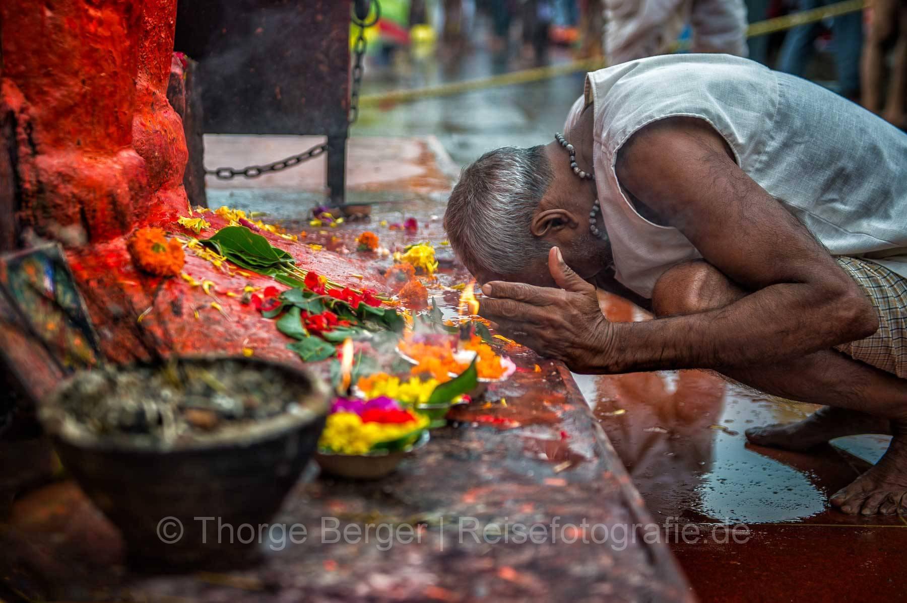 Mann beim Gebet während der Kumbh Mela in Nashik 2015