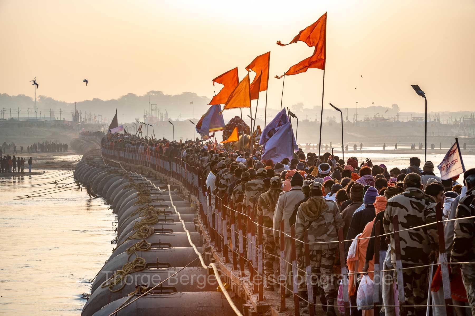 Menschenmassen auf einer Pontonbrücke -  Ardth Kumbh Mela 2019 in Prayagraj