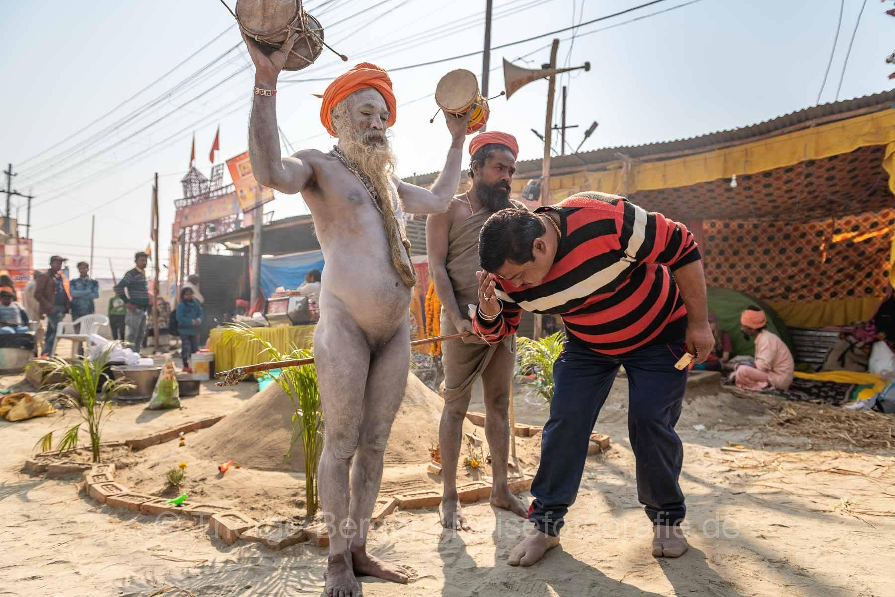 Mann verbeugt sich vor Sadhu - Ardth Kumbh Mela 2019 in Prayagraj