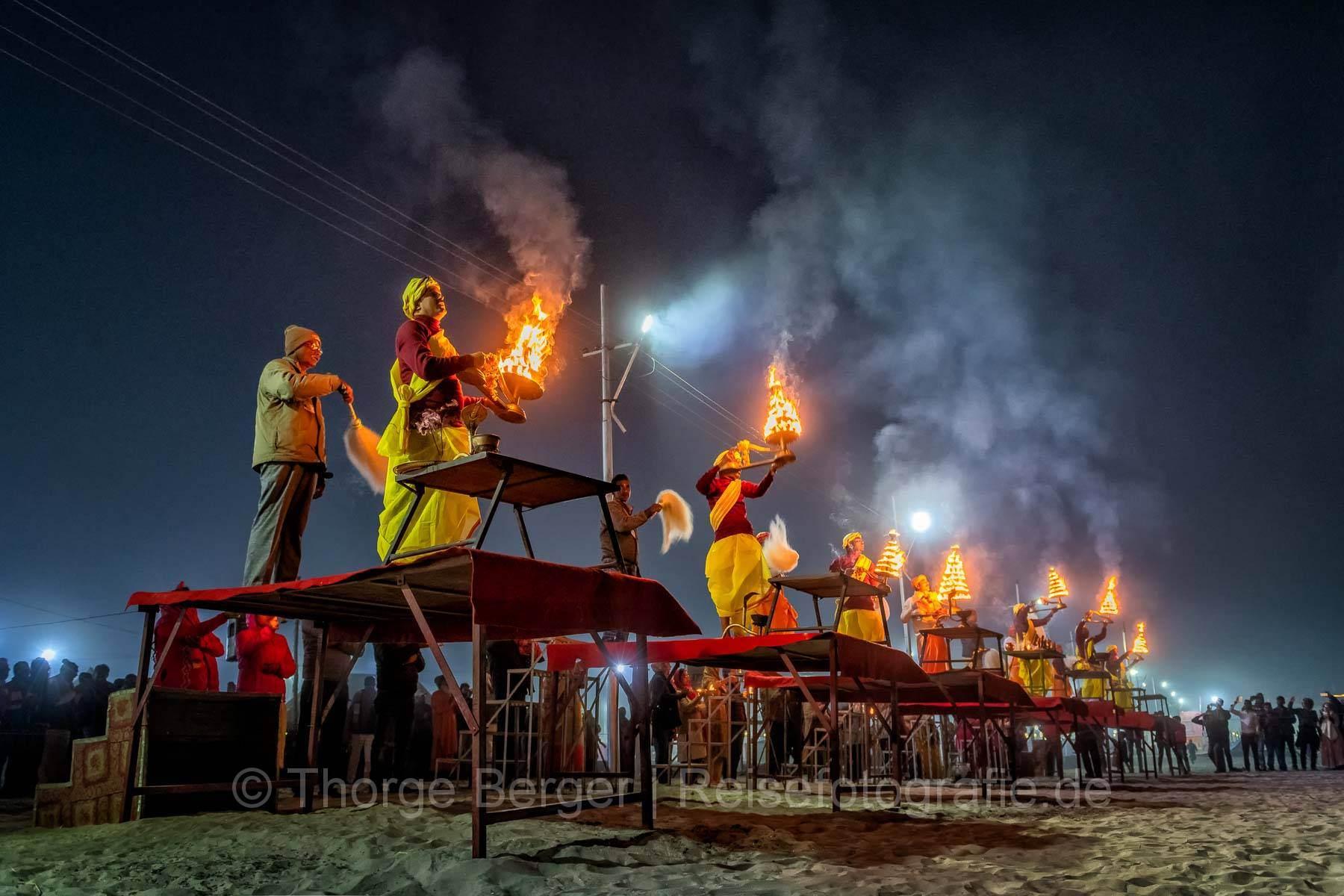 Abendgebet auf der Ardth Kumbh Mela in Praygraj 2019