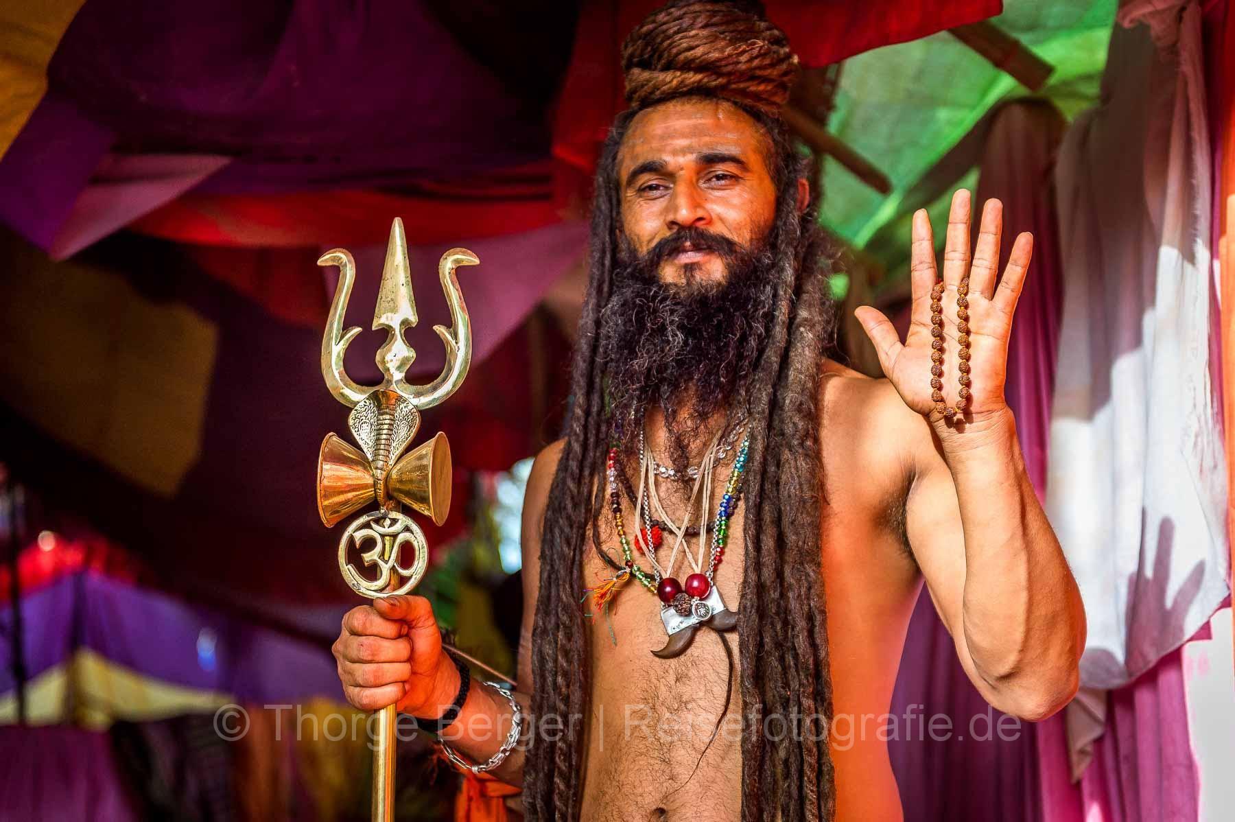 Sadhu mit Dreizack auf der  Kumbh Mela in Ujjain 2016