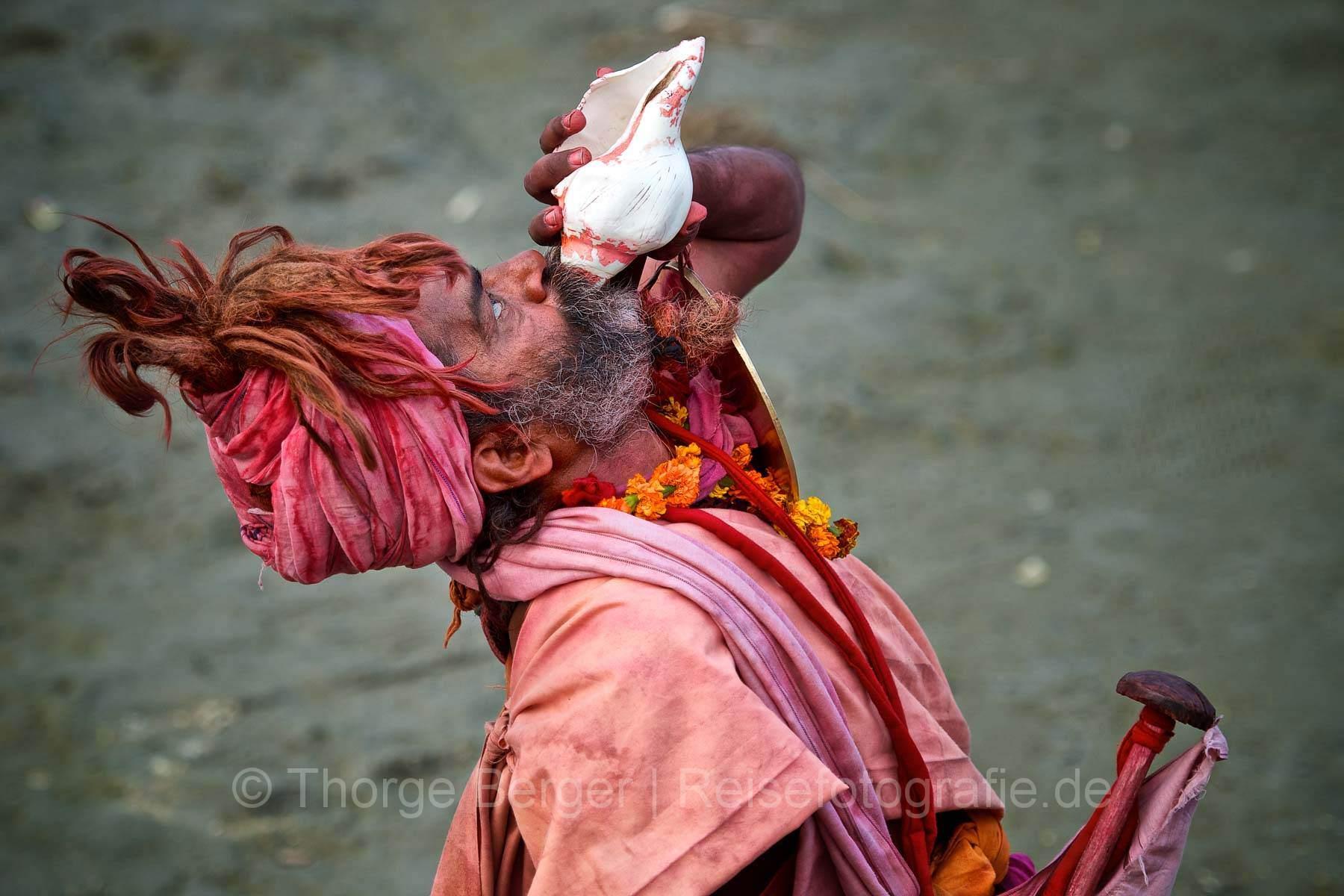 Sadhu bläst auf Muschel -  Kumbh Mela in Allhabad 2013