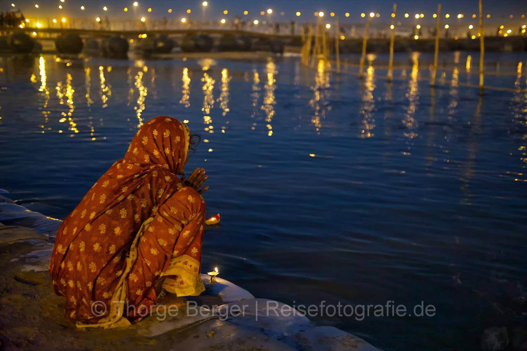 Betende Frau am Ganges auf der Kumbh Mela 2013 in Allahabad