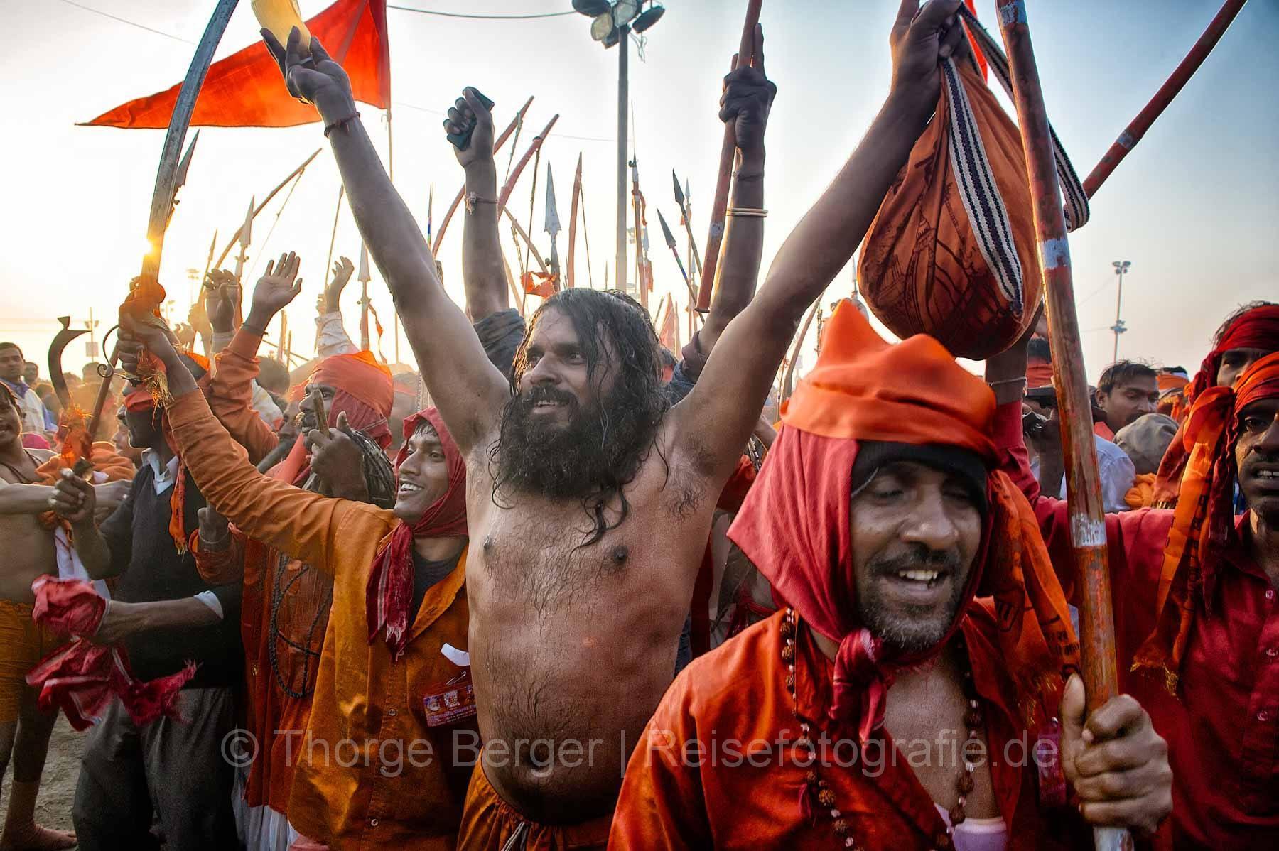 Glückliche Sadhus und Pilger nach ihrem heiligen Bad - Kumbh Mela 2013 in Allahabad
