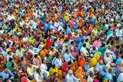 Menschen haben sich zum Abendgebet versammelt - Kumbh Mela in Haridwar 2010