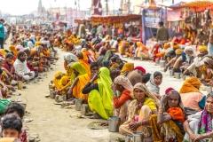 Pilger warten auf eine kostenlose Speisung - Kumbh Mela 2013 in Allhabad