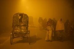 Pilger im Nebel unterwegs zur Kumbh Mela