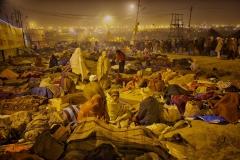 Pilger schlafen unter freiem Himmel bei der Kumbh Mela in Allhabad 2013