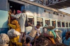 Menschenmassen bei der Abreise am Bahnhof - Kumbh Mela 2016 in Ujjain