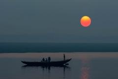Sonnenaufgang über dem Ganges, Indien