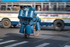 Radfahrer mit Tonnenlast in Kalkutta, Indien