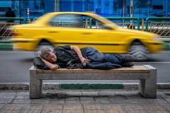 Schlafender Mann im Verkehr von Teheran, Iran