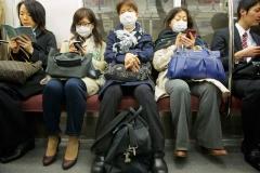 Frauen mit Gesichtsmasken in der U-Bahn in Tokio, Japan