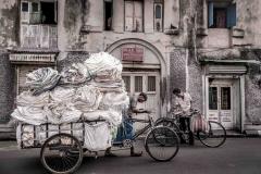 Mann mit Lasten-Fahrrad in Kalkutta, Indien
