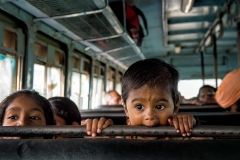 Kind im Bus in Nashik, Indien