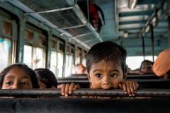 Kind im Bus in Nashik, Indien