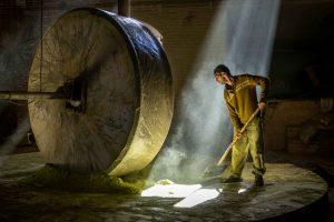 Fotoreise in den Iran - Arbeiter in Hennamuehle