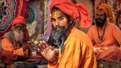 Grüßende Sadhus auf der Kumbh Mela in Haridwar