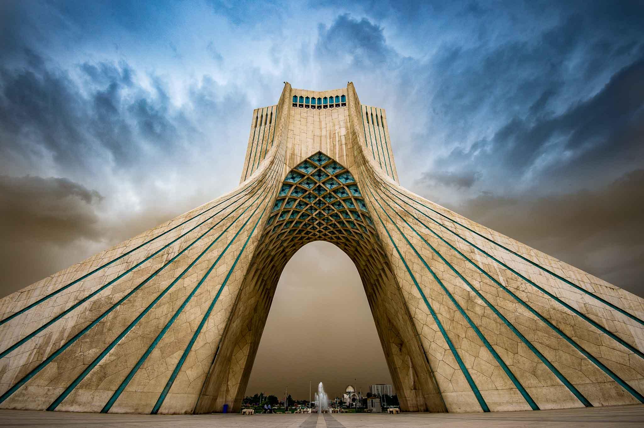 Fotoreise Iran: Azadi Tower in Teheran kurz vor einem Sandsturm