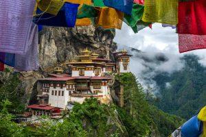 Fotoreise nach Bhutan - Tiger's Nest mit Gebetsfahnen